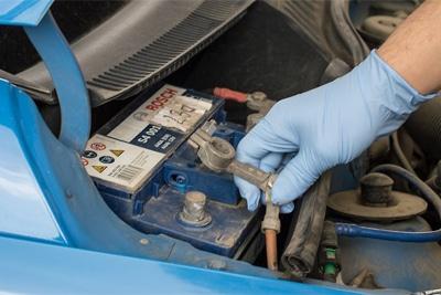 نحوه تمیز کردن اتصالات باتری ماشین