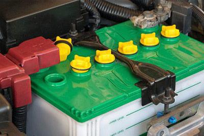 اضافه کردن آب مقطر به باتری خودرو