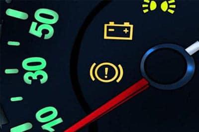 علت روشن شدن چراغ باطری خودرو